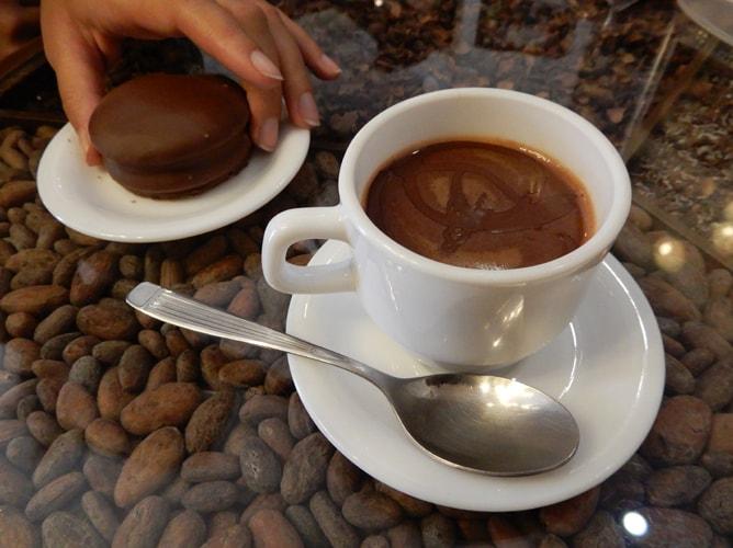パラ・ティ「Para ti」のチョコレートドリンクとケーキ