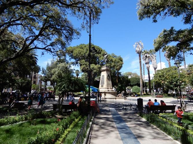 ボリビア古都スクレの広場にある初代大統領スクレ像
