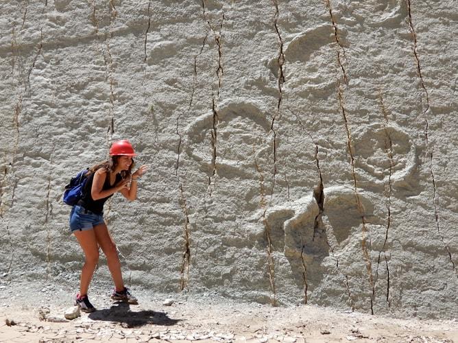 1m近くに及ぶ恐竜の足跡と記念撮影
