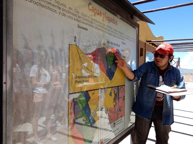 南米大陸の地殻変動について説明してくれている英語を話せるガイドさん