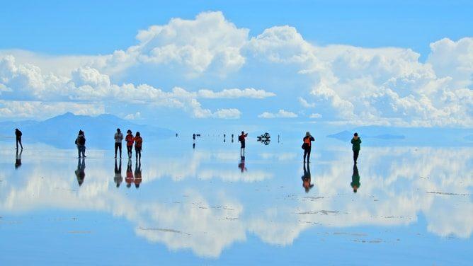ウユニ塩湖の絶景「青空の鏡張り」写真