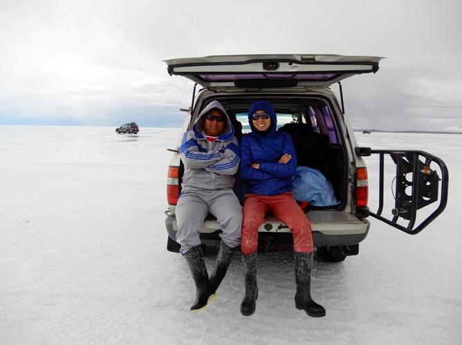 ウユニ塩湖のブリサツアーでガイドと記念撮影