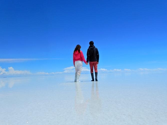 ウユニ塩湖の上を2人で歩く