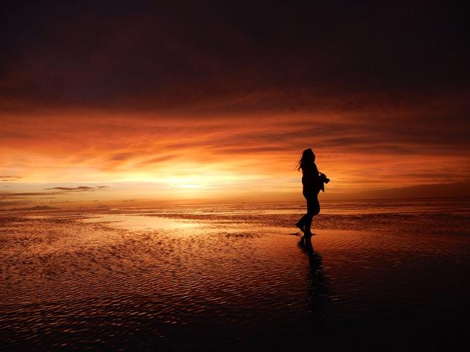 ウユニ塩湖の夕焼けツアーで幻想的な世界を体験