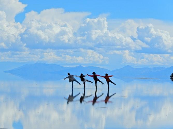 ウユニ塩湖の鏡張り写真でポーズ