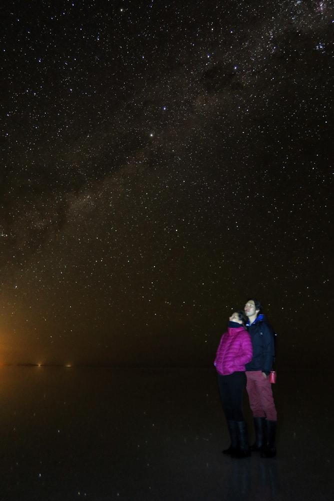 ウユニ塩湖で満天の星空の下「天の川」を見上げる