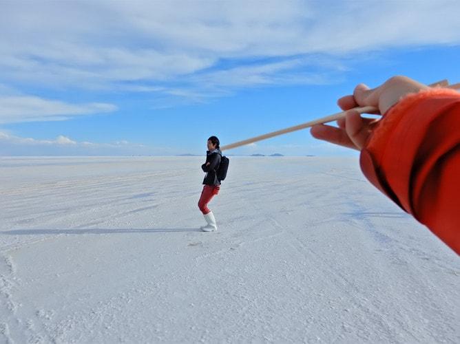 ウユニ塩湖では遠近法を使ったトリック写真も楽しい