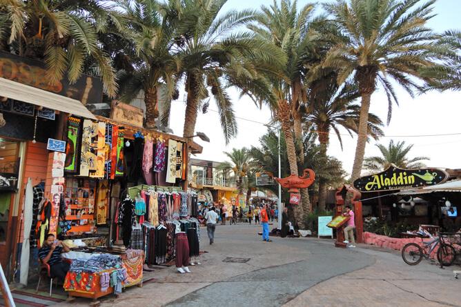 お土産屋とレストランが立ち並ぶダハブの街並み