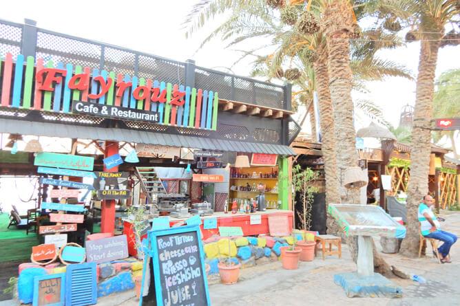 色鮮やかな看板のカフェやレストランが多い
