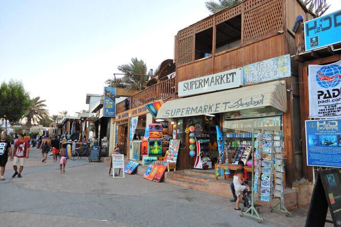 ダハブの平和な街並みとスーパーマーケット