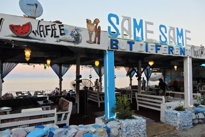 海沿いには様々なカフェやレストラン