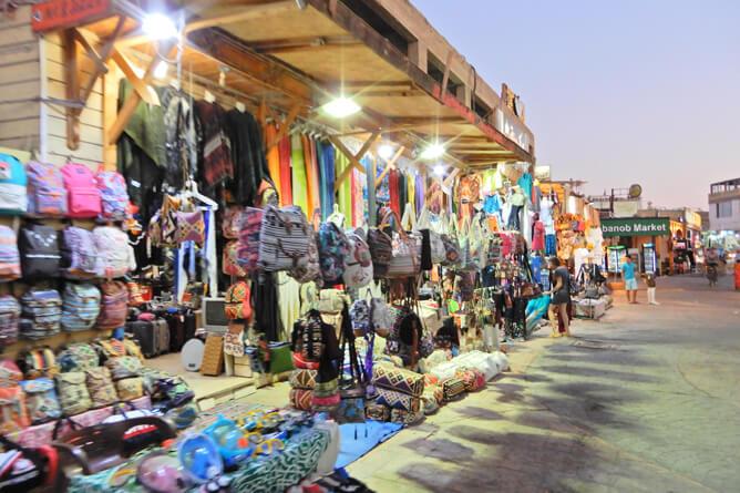 ダハブのマーケットは夜もたくさん空いている