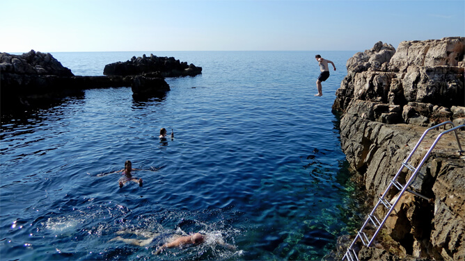ロクルム島メインビーチは飛び込みジャンプが楽しい