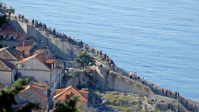 ドゥブロヴニク城壁は10月下旬の平日朝でもこの混み具合