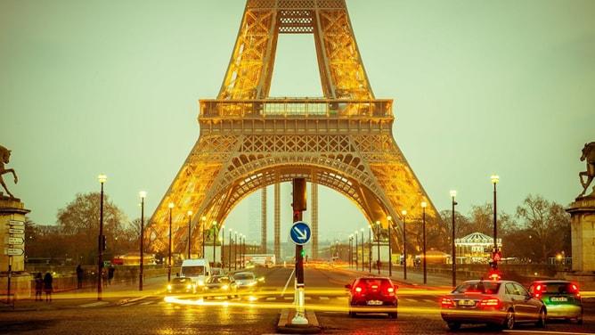 光るエッフェル塔のある風景