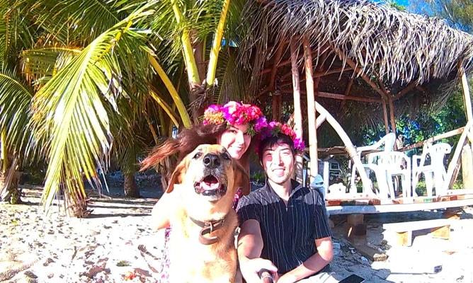 手作りの花王冠(Ei Katu)を冠り記念撮影-クック諸島ラロトンガ島にて
