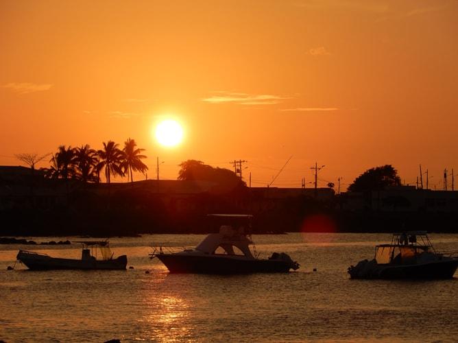 ガラパゴス諸島「サン・クリストバル島」の港で見た夕日