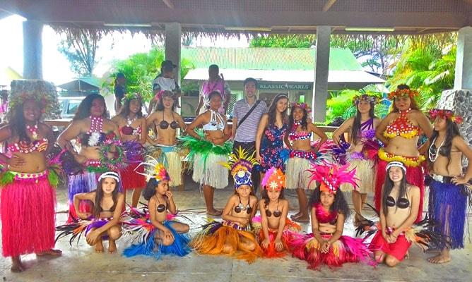クック諸島ラロトンガ島のフラダンス・ショーにて記念撮影