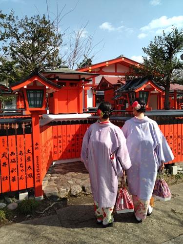 車折神社を着物で訪れる女性観光客の様子 2019年3月1日撮影