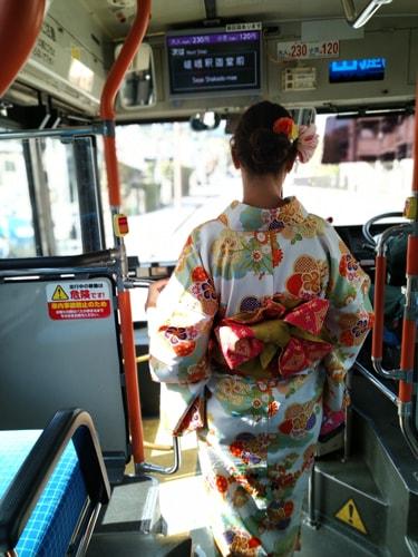 着物で京都市バスに乗車して嵯峨釈迦堂へ