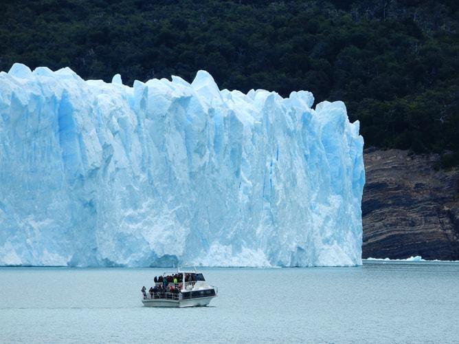 ペリトモレノ氷河の前を行く遊覧船