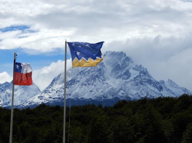 トーレス・デル・パイネ国立公園に揚げられた「チリ国旗」と「マガジャーネス・イ・デ・ラ・アンタルティカ・チレーナ州旗」