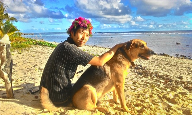 ラロトンガ島のビーチでご近所さんの犬に懐かれる