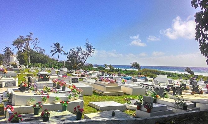 南国らしい海辺の墓地-クック諸島ラロトンガ島