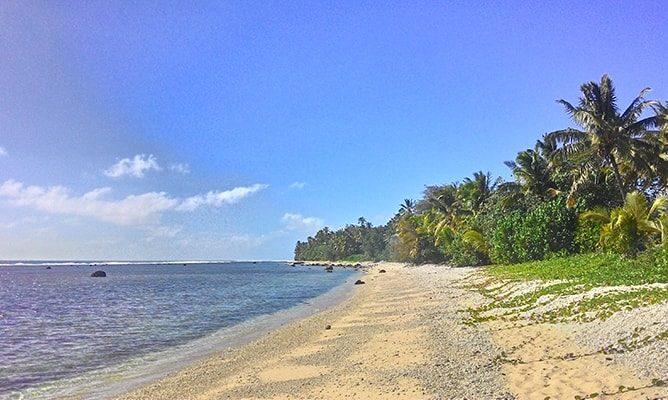 クック諸島ラロトンガ島の海岸線