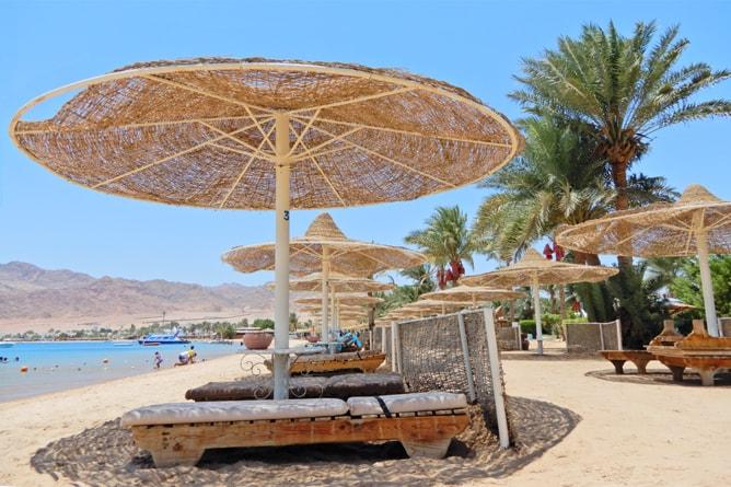 エジプトっぽいティラナダハブリゾート (Tirana Dahab Resort) のサンベッドとアンブレラ