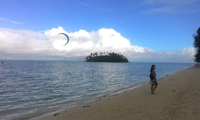 ムリラグーンの優雅な白い砂浜のビーチを散歩